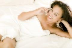 Mulher asiática nova na cama foto de stock royalty free