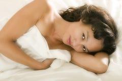 Mulher asiática nova na cama imagem de stock royalty free