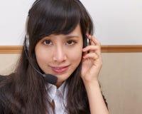 Mulher asiática nova no centro de atendimento fotografia de stock royalty free