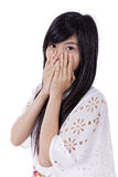 Mulher asiática nova que cobre sua boca imagem de stock