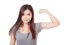 Mulher asiática nova que dobra seu bíceps Imagem de Stock Royalty Free