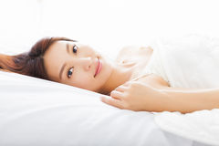 Mulher asiática nova que dorme na cama Imagem de Stock Royalty Free