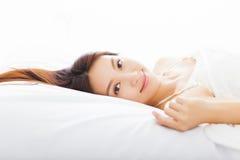 Mulher asiática nova que dorme na cama Fotos de Stock Royalty Free