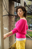 Mulher asiática nova que está em uma passagem superior na cidade metropolis fotos de stock