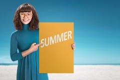 Mulher asiática nova que guarda a placa com sinal do verão foto de stock royalty free