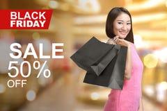 Mulher asiática nova que guarda sacos de compras Imagens de Stock