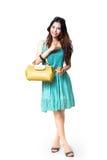 Mulher asiática nova que guardara a bolsa Imagens de Stock Royalty Free
