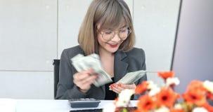 Mulher asiática para calcular o dinheiro com uma calculadora video estoque