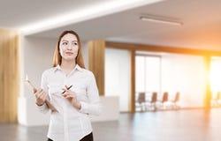 Mulher asiática perto de uma sala de reunião Fotografia de Stock Royalty Free