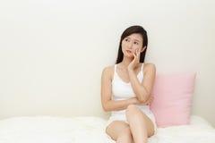 Mulher asiática que é preocupada imagens de stock royalty free