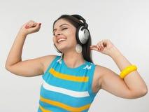 Mulher asiática que aprecia a música Imagem de Stock