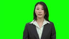 Mulher asiática que apresenta na tela verde filme