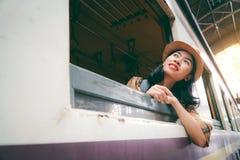 Mulher asiática que backpacking começando a viagem no fundo do estação de caminhos de ferro foto de stock