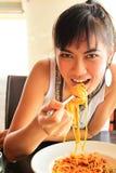 Mulher asiática que come o espaguete fotografia de stock royalty free