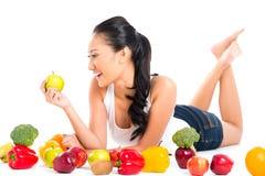 Mulher asiática que come o fruto fresco Fotografia de Stock Royalty Free