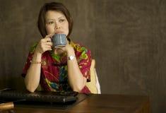 Mulher asiática que dayreaming fotografia de stock