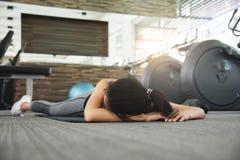 Mulher asiática que desmaia quando exercício Fotografia de Stock