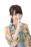 A mulher asiática que diz o silêncio seja quieta Foto de Stock