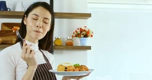 Mulher asiática que eatting uma placa do arroz fritado vídeos de arquivo