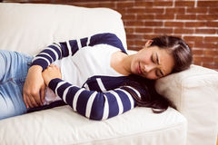Mulher asiática que encontra-se no sofá com grampos Imagem de Stock Royalty Free