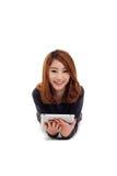 Mulher asiática que encontra-se para baixo com PC da tabuleta Foto de Stock Royalty Free