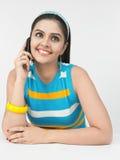 Mulher asiática que fala no telefone de pilha Fotos de Stock Royalty Free
