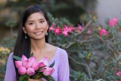 Mulher asiática que guarda flores de lótus Foto de Stock Royalty Free