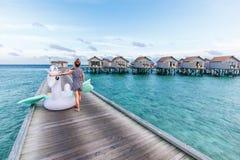 Mulher asiática que guarda o flutuador da associação de pegasus em Maldivas fotografia de stock