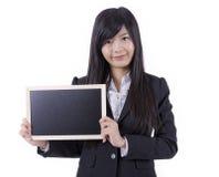 Mulher asiática que guarda o quadro-negro pequeno imagem de stock