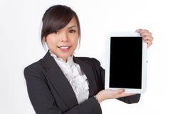 Mulher asiática que guarda a placa fotografia de stock royalty free