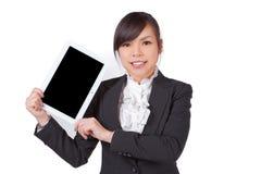 Mulher asiática que guarda a placa, tela preta para a textura foto de stock royalty free