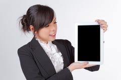 Mulher asiática que guarda a placa, tela preta para a textura imagens de stock