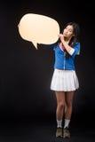 Mulher asiática que levanta com o cartaz vazio no estúdio imagem de stock