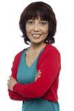Mulher asiática que levanta com seus braços cruzados imagem de stock