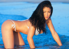Mulher asiática que levanta no mar fotografia de stock royalty free