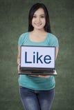 Mulher asiática que mostra o portátil 1 fotos de stock