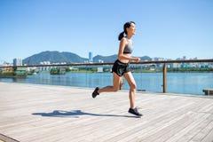 Mulher asiática que movimenta-se no passeio à beira mar Fotografia de Stock