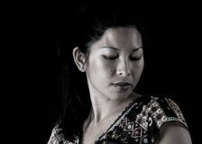 Mulher asiática que olha para baixo Fotografia de Stock
