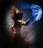 Mulher asiática que pratica o encaixotamento tailandês de Muay Imagens de Stock Royalty Free