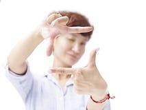 Mulher asiática que quadro uma imagem com mãos imagem de stock