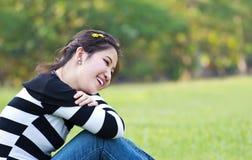 Mulher asiática que relaxa Imagens de Stock