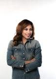 Mulher asiática que sorri, braços cruzados foto de stock