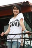 Mulher asiática que sorri no parque fotografia de stock