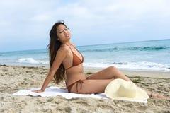 Mulher asiática que sunbathing fotografia de stock