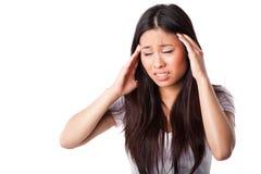 Mulher asiática que tem a dor de cabeça Fotos de Stock Royalty Free