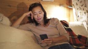 Mulher asiática que usa seu smartphone na cama na noite vídeos de arquivo