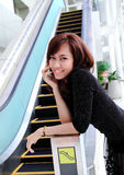 Mulher asiática que usa um telefone de pilha Fotografia de Stock Royalty Free