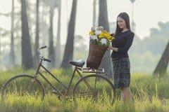 Mulher asiática que veste a cultura tailandesa tradicional, andando para ir em casa no campo imagens de stock royalty free