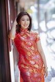 Mulher asiática que veste a emoção de sorriso toothy da felicidade da cara da roupa chinesa da tradição imagens de stock royalty free