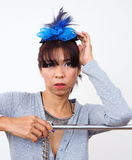 Mulher asiática que veste o mini grampo de cabelo do chapéu Fotografia de Stock Royalty Free
